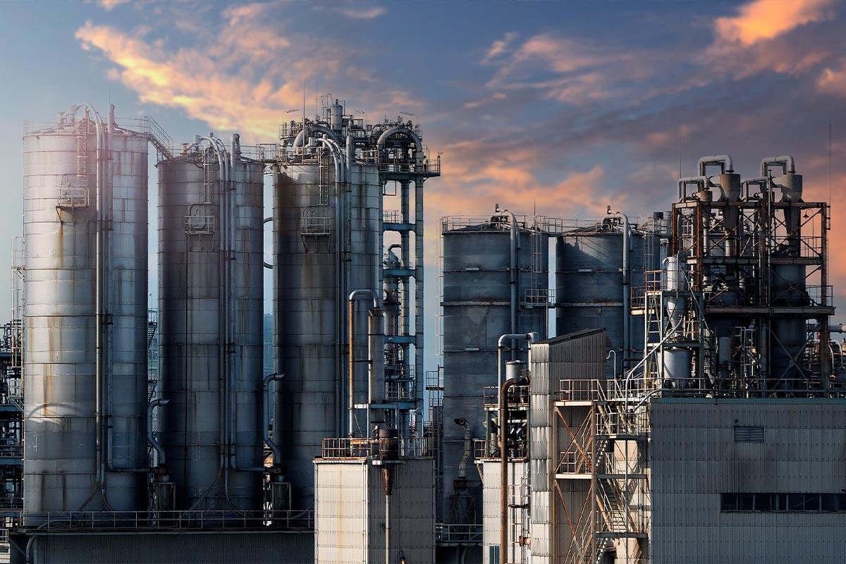 Vista di un'industria petrolchimica